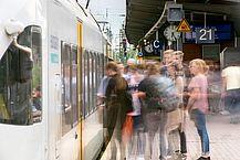 Fahrgäste am Bahnsteig